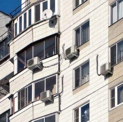 кондиционеры на фасаде дома